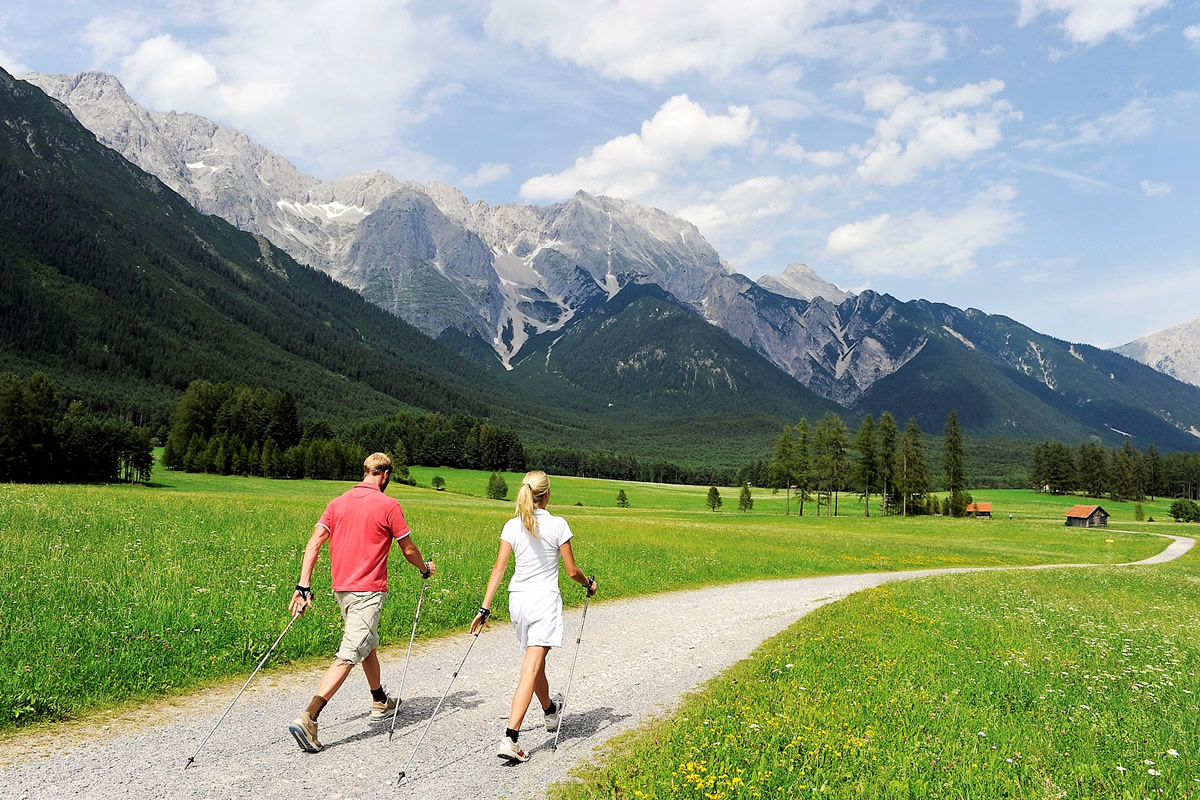 Nordic Walking am Sonnenplateau Mieming. Foto: TVB Sonnenplateau Mieming